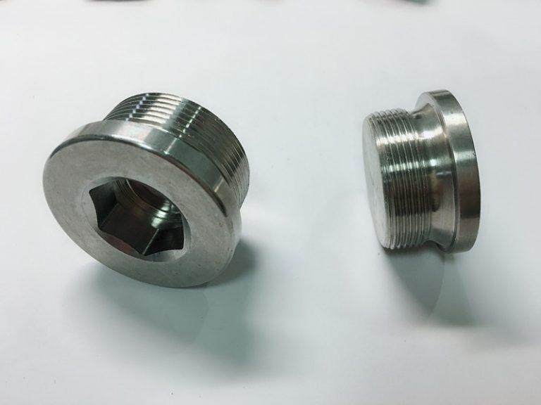 mittatilaustyönä ruostumattomasta teräksestä valmistettu rengaspultti ss-avainrenkaalla
